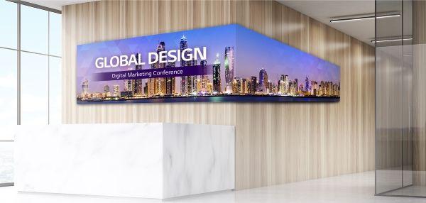 LG LED Signage Indoor, hinter einem Empfang angebracht.
