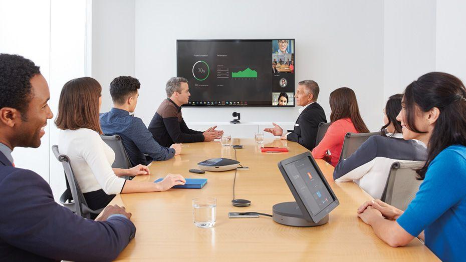Logitech Smartdock auf einem Konferenztisch.