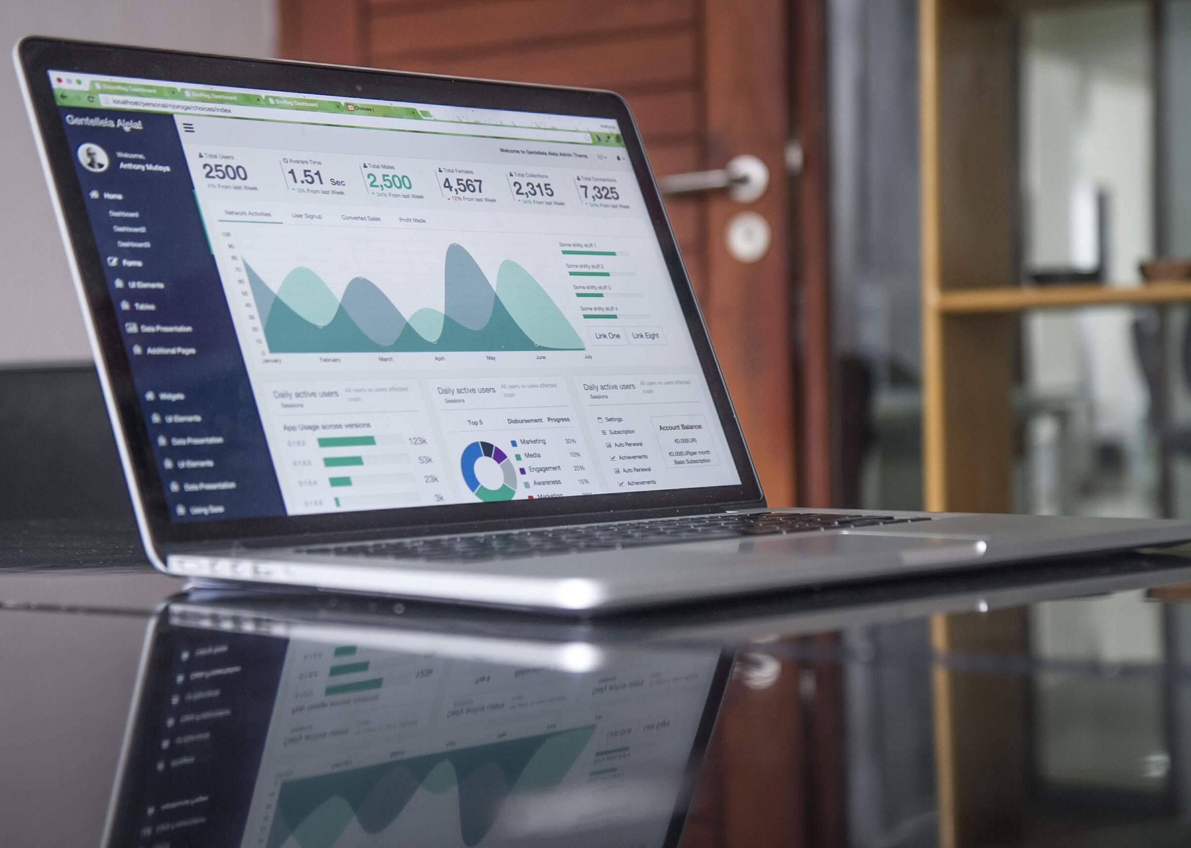 digitales facility management laptop auf tisch fm dienstleister gebäudemodernisierung technik