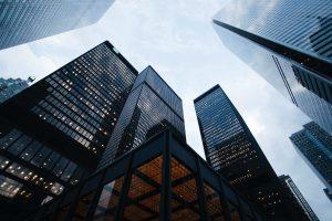 Büroimmobilien stehen durch Covid-19 vor signifikaten Veränderungen und Herausforderungen. Hier sind 3 Thesen zu den Auswirkungen.