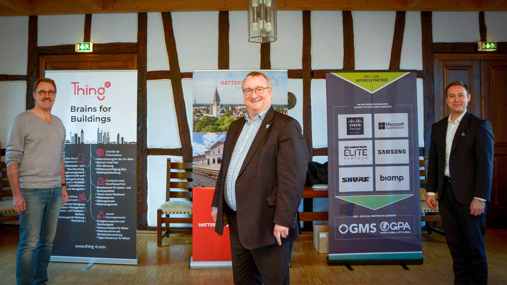 Bürgermeister Schindling (mitte) mit Marc Gille (links) und Tobias Enders bei der offiziellen Pressekonferenz in Hattersheim