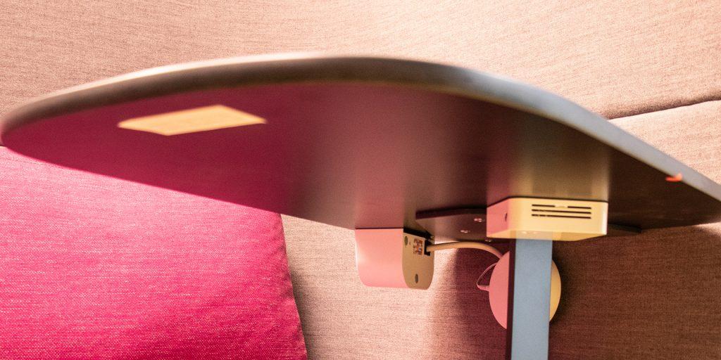 Multisenor, PIR Passive Infrarot wird benutzt - der kleine runde puk hinter dem Tischbein Smart Office